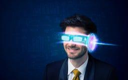 Uomo a partire da futuro con i vetri alta tecnologia dello smartphone Fotografia Stock