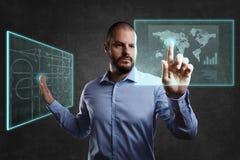 Uomo a partire dal futuro che funziona con i monitor di galleggiamento Concetto per realtà e tecnologia aumentate illustrazione di stock