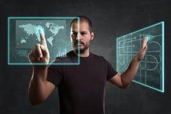 Uomo a partire dal futuro che funziona con i monitor di galleggiamento Concetto per realtà e tecnologia aumentate illustrazione vettoriale