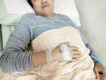 Uomo paziente sul letto di ospedale Fotografia Stock