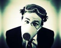 Uomo pazzesco nella mascherina protettiva fotografia stock libera da diritti