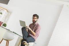 Uomo pazzo che per mezzo del computer portatile Immagine Stock Libera da Diritti