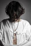 Uomo pazzo con la camicia di forza che guarda in bianco giù Fotografie Stock Libere da Diritti