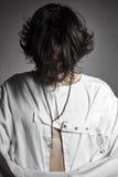Uomo pazzo con la camicia di forza che guarda in bianco giù Immagine Stock