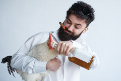 Uomo pazzo ubriaco con il pollo immagine stock