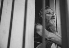 Uomo pensieroso anziano a terra profondo nel pensiero Fotografia Stock Libera da Diritti