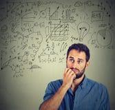 Uomo pensieroso che crea business plan immagini stock