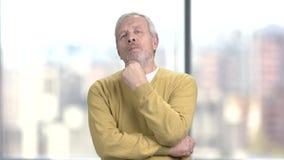 Uomo pensieroso invecchiato, ritratto stock footage