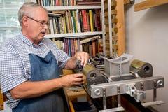 Uomo pensionato in officina Fotografia Stock