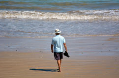 Uomo pensionato sulla spiaggia Immagini Stock Libere da Diritti