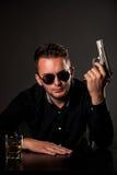 Uomo pericoloso con una pistola Fotografia Stock Libera da Diritti