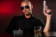 Uomo pericoloso con una pistola Immagine Stock