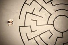 Uomo perso di affari che cerca un modo in labirinto circolare Fotografia Stock