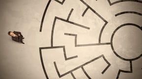 Uomo perso di affari che cerca un modo in labirinto circolare Fotografie Stock Libere da Diritti