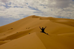 Uomo perso in dune Immagini Stock