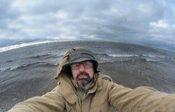 Uomo-pescatore sulla grande onda di oceano della priorità bassa Fotografie Stock Libere da Diritti