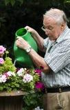 Uomo più anziano attraente che gode della pensione Fotografia Stock Libera da Diritti