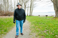 Uomo più anziano che cammina nella sosta Fotografia Stock Libera da Diritti