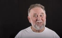 Uomo più anziano che osserva alla destra Fotografie Stock