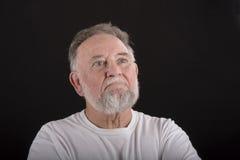 Uomo più anziano che osserva fuori fotografie stock libere da diritti