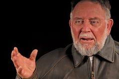 Uomo più anziano che racconta storia fotografie stock