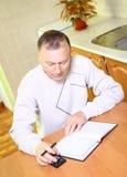 Uomo più anziano che si concentra sul job. Immagini Stock