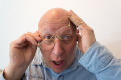 Uomo più anziano con i vetri drizzati, calvo, alopecia, chemioterapia, cancro, su bianco Fotografie Stock Libere da Diritti