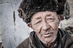 Uomo più anziano con il cappuccio fatto di pelliccia nel Tagikistan Immagine Stock Libera da Diritti