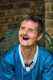 Uomo più anziano con la sindrome dei bassi e nessun sorriso delizioso dei denti fotografie stock libere da diritti
