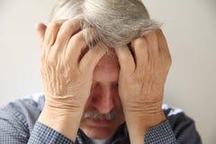 Uomo più anziano deprimente fotografia stock
