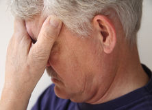 Uomo più anziano deprimente o che si addolora immagini stock libere da diritti