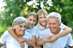 Uomo più anziano e donna con i loro nipoti Fotografia Stock