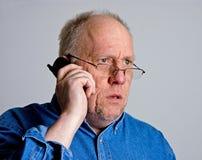 Uomo più anziano scosso sul telefono Immagine Stock Libera da Diritti