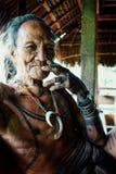 Uomo più anziano tribale che ha un resto durante il pomeriggio mentre godendo di ci immagini stock