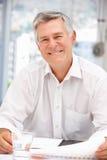 Uomo più anziano di affari allo scrittorio in ufficio Fotografie Stock