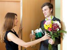 Uomo piacevole che dà i regali alla donna Fotografia Stock Libera da Diritti