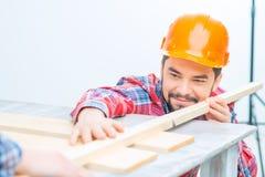 Uomo piacevole che lavora con il legno immagini stock libere da diritti