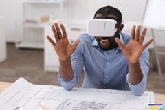 Uomo piacevole positivo che indossa i vetri 3D Fotografie Stock Libere da Diritti
