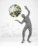 Uomo in pianeta Terra pieno della tenuta del vestito del corpo Immagini Stock Libere da Diritti