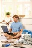 Uomo pigro con il computer portatile Immagini Stock