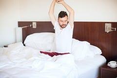Uomo in pijamas che svegliano Immagini Stock Libere da Diritti