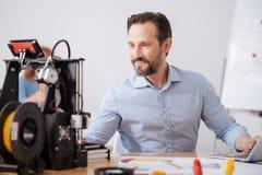 Uomo positivo allegro che lavora al computer Immagine Stock