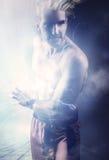Uomo potente che tiene una palla di energia Immagine Stock