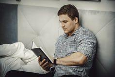 Uomo premuroso che legge una nota nel suo letto Fotografia Stock Libera da Diritti