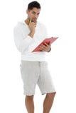 Uomo premuroso che tiene una lavagna per appunti rossa Fotografia Stock