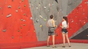 Uomo premuroso e donna che analizzano l'itinerario di scalata video d archivio