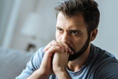 Uomo premuroso triste che ritiene solo fotografia stock
