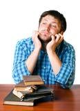Uomo premuroso vicino ad un mucchio di vecchi libri Fotografia Stock Libera da Diritti