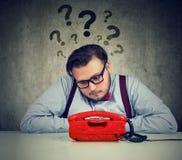 Uomo preoccupato con troppe domande che aspettano una chiamata immagini stock libere da diritti