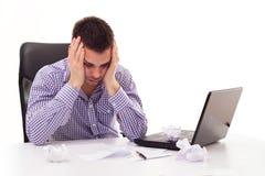 Uomo preoccupato pensieroso al computer portatile Fotografia Stock Libera da Diritti